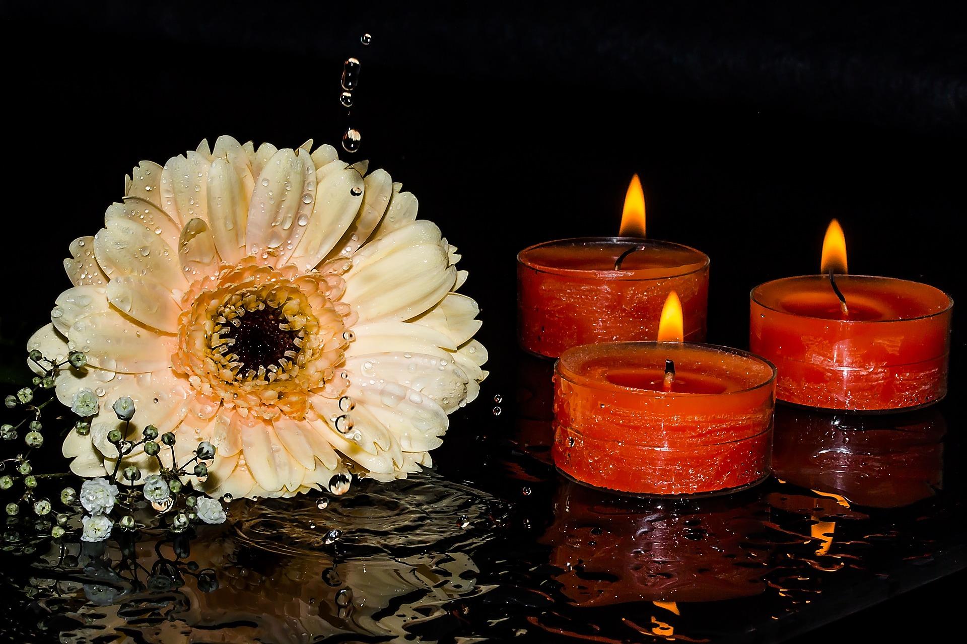 Kerzen auf dem Grab